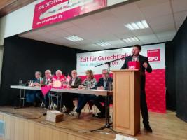 Landratskandidat Jan Fischer bei der Annahme der Wahl