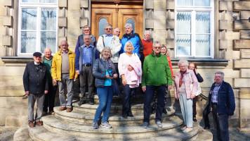 Die Besuchergruppe vor dem Freimaurer Museum