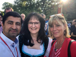 1. Bürgermeisterin Sybille Pichl ( FWG) mit Halil Tasdelen und Marion Tost