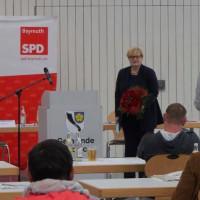 Die Kandidatin Anette Kramme nach der Nominierung mit einem Blumenstrauß vor der SPD Wand