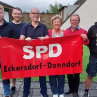 Die neugewählte Vorstandschaft des SPD OV Eckersdorf-Donndorf mit der SPD Fahne