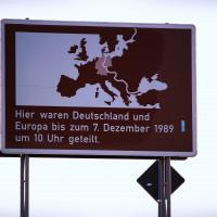 Ein Schild an der ehemaligen grenze mit Zeitangabe zur Wiedervereinigung
