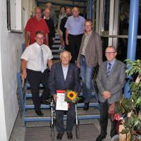 Helmut Heidenreich mit Ehrenurkunde und Gratulanten