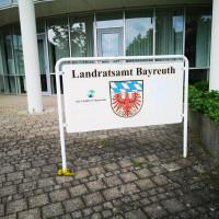 Wappen des Landkreises Bayreuth vor dem Gebäude des Sitzungssaals