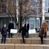 Landrat Wiedemann und Vertreter der Fraktionen übergeben die Spende vor dem Landratsamt