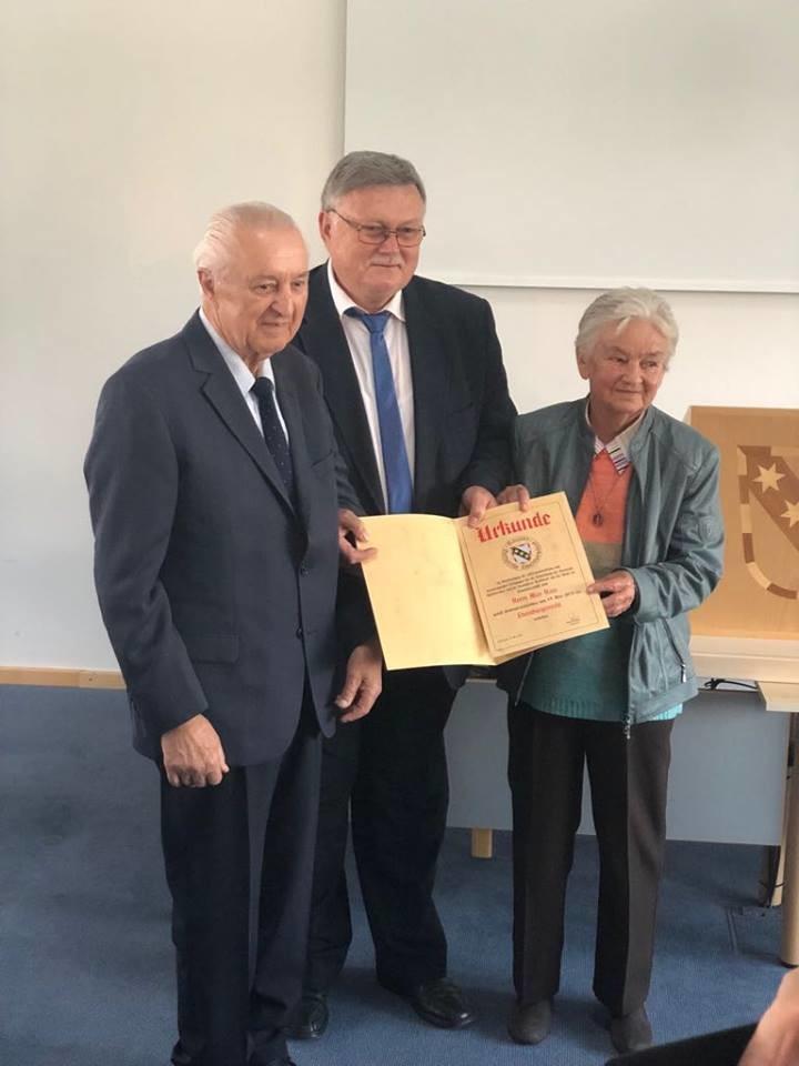1. BM Manfred Porsch verleiht die Ehrenbürgerwürde an Max Haas, mit im Bild Frau Elfriede Haas